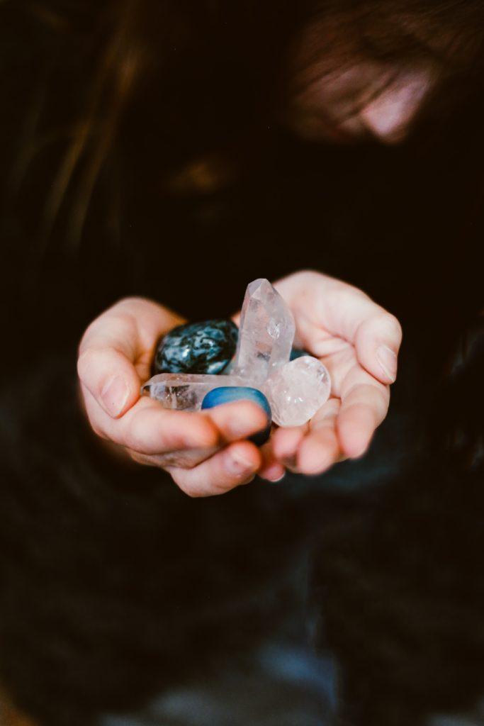 mano sosteniendo piedras