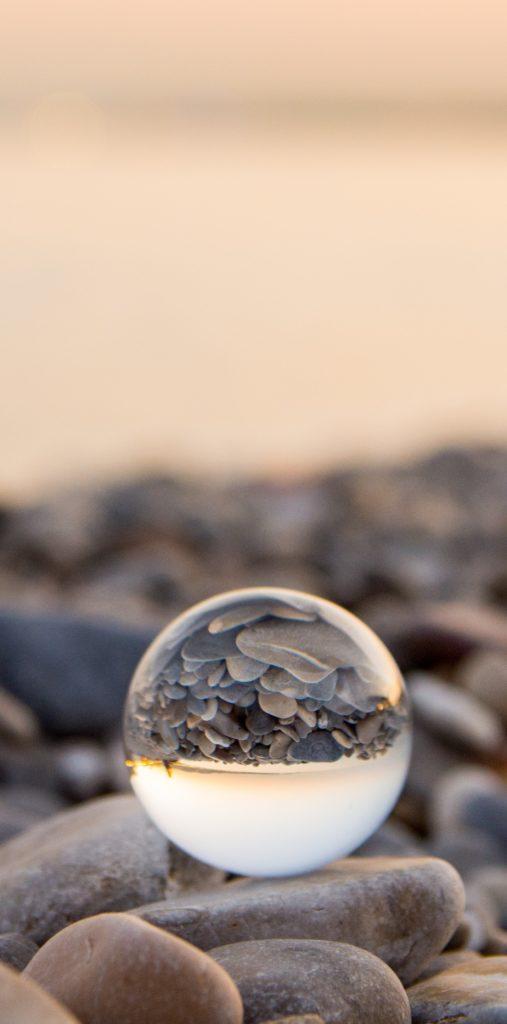 bola de cristal sobre rocas